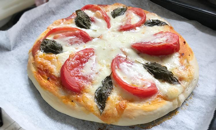 ホームベーカリーでピザを作るとこんな感じ。美味しく作るコツはこれに限ります